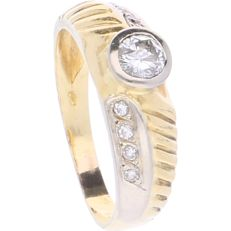 18 kt - Bi-colour ring set with 9 brilliant cut diamonds of approx. 0.45 ct in total - Ring size: 18.5 mm