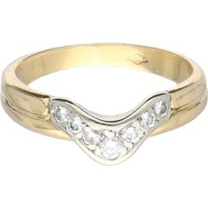 18 kt yellow gold ring set with 7 diamonds of approx. 0.15 ct in total in a white gold setting - Ring size: 15 mm