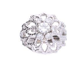 18 kt - White gold open-worked rosette ring set with 7 brilliant cut diamonds with a total of approx. 0.75 ct - Ring size: 15.25 mm