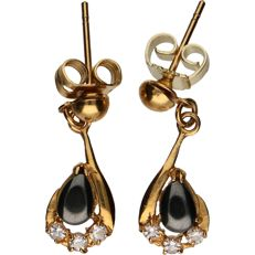 18 kt - Yellow gold earrings set with hematite and zirconia stones - Length x width: 2.1 x 0.7 cm