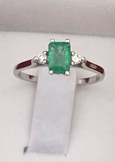 14 kt white gold ring with emeralds - Emerald cut of 0.60 ct - 2 brilliant cut diamonds weighing 0.084 ct - Ring diameter: 16.50 mm - Ring weight: 1.67 g. No reserve.