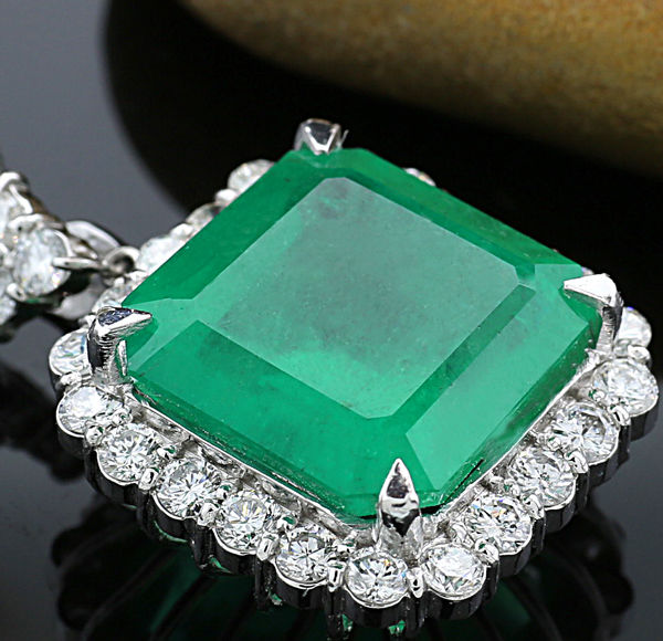 Luxurious emerald brilliant pendant 15.99ct, 1 emerald from Colombia 14.49ct, DSEF certificate 900 platinum