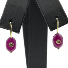 18 kt/750 yellow gold - Earrings - Diamonds 0.05 ct - Oval-cut rubies 2 ct - Earring height 22.55 mm