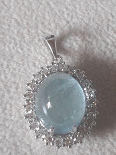 18 kt gold pendant with a large aquamarine of 6.00 ct and diamonds of approx. 0.70 ct - length: 24 mm