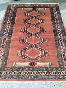 Oriental Pakistan handmade wool carpet measuring 175 x 128 cm.