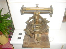 Jakob Kern Aarau theodolite angle measuring device from ca. 1890, brass on a wooden panel