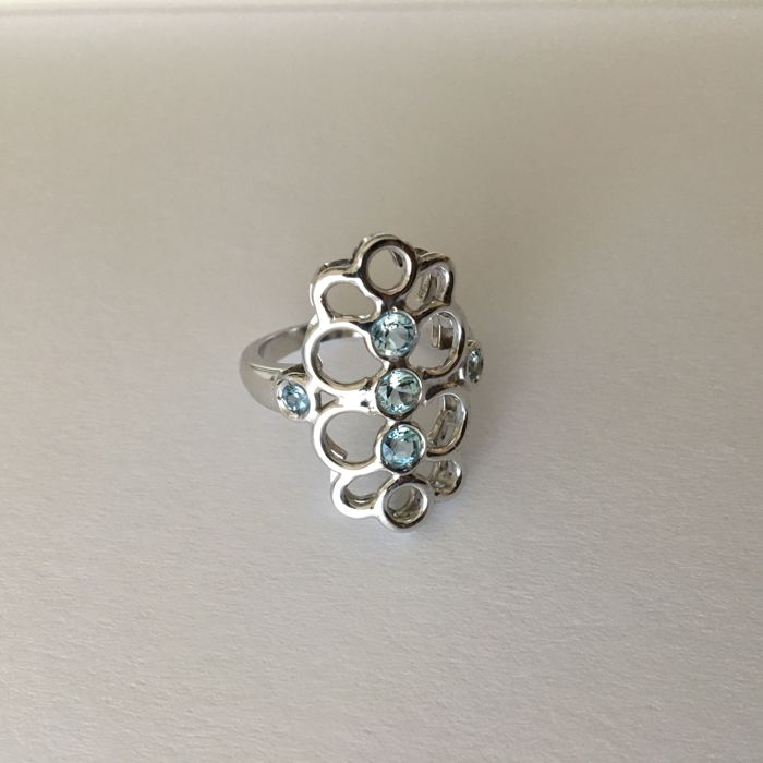 18 kt white gold ring hallmarked 750, hand-crafted, made in Italy, with 5 faceted cut aquamarines, size 16