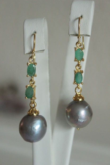 Silver earrings with natural Emeralds and baroque Pearls - Length: 5 cm.