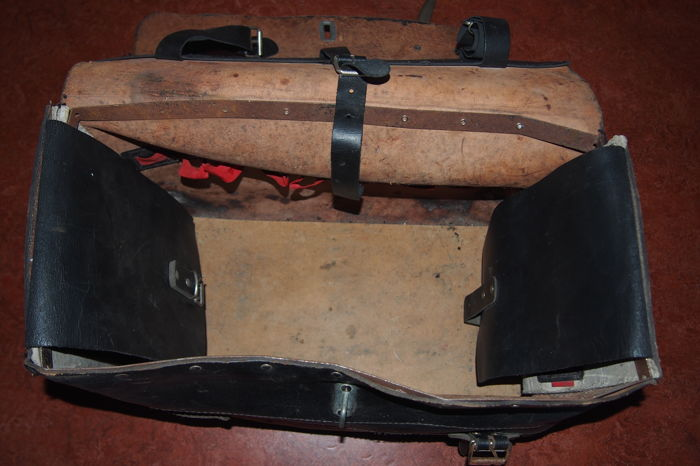 nice vintage leather tool case and a jack for your classic car catawiki. Black Bedroom Furniture Sets. Home Design Ideas