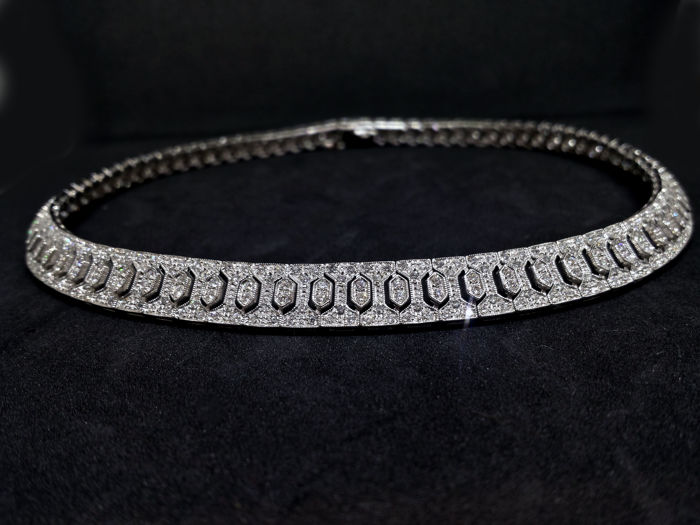 Art Deco necklace in white gold with diamonds weighing 4.81 ct  (156 pieces 0.018+468 weighing 0.006 ct)