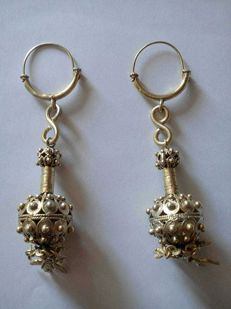 Maraca-shaped earrings in gilded silver
