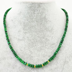 Emerald necklace with 18 kt (750/1000) gold clasp, length 60cm