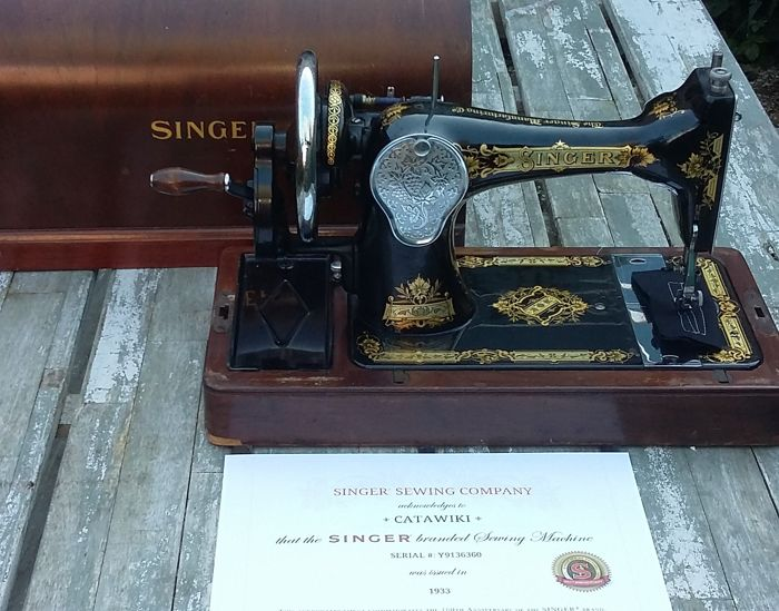 Very decorative Singer 28K Hand Sewing Machine with wooden Dust Cover, 1933