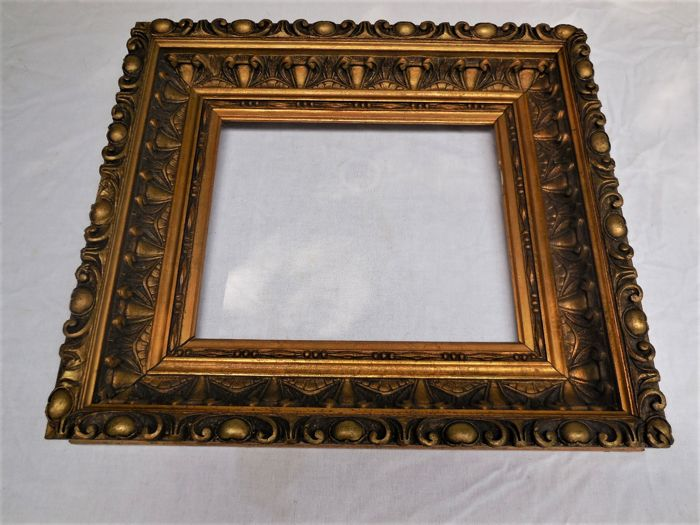 Old wooden frame with carvings and gilding/gold leaf - Catawiki