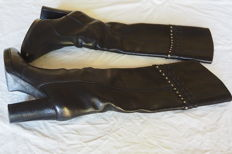 Sergio Rossi. Boots suitable for all leg types, peerless quality leather, with unique details on the leg-sleeves