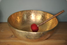 Large hand-hammered singing bowl 42 cm and 6.8 kg, incl. mallet – Nepal – late 20th century