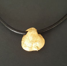 18 kt - Adjustable leather necklace with a pendant in the shape of a solid gold nugget - Size: 15 x 14.6 mm