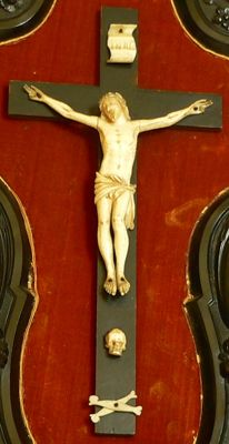Crucifix in ivory, resting on a blackened wooden cross, titulus crucis and bones in ivory - late 19th century