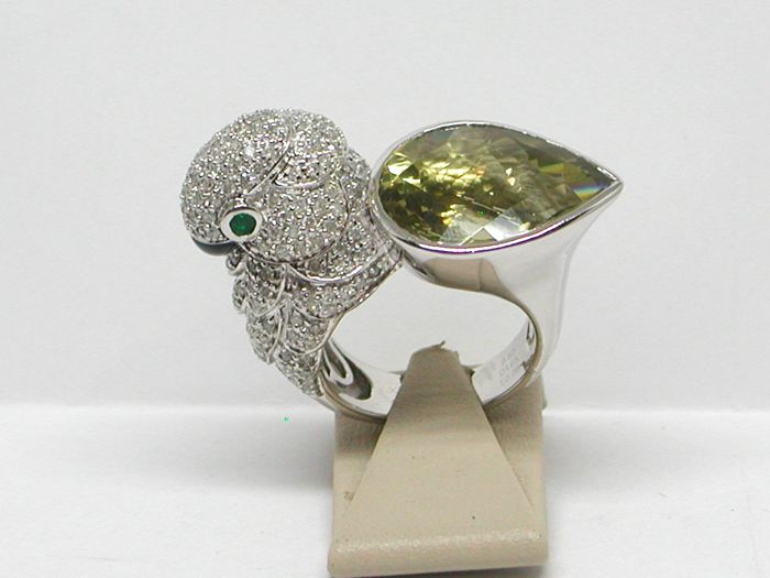 Diamond, emerald & quartz parrot shaped ring 16,00ct. - 18K / 750 white gold - Ring size BE 56 / NL 18,00mm