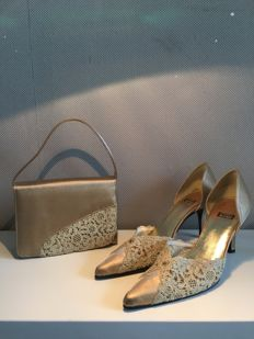 Stuart Weitzmann – Silk courts in size 39 with lacework and matching handbag
