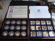 The Netherlands - 2 cassettes with 24 medals and badges - Farewell to the Dutch banknotes, among others.