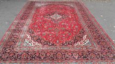 Beautiful hand-knotted Persian Kashan carpet, 383 x 248 cm.
