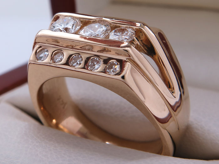 0.84 Ct diamond design ring with 0.26/0.23/0.15 Ct trilogy of brilliants. 14kt yellow gold **No Reserve**.