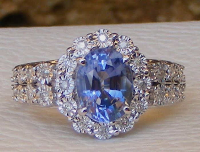 2.34 ct exceptional blue Sapphire VVS and Diamonds gold ring size 53 - Laboratory certificate - No reserve price.