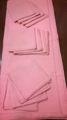 Extra large tablecloth of antique pink linen with entirely handmade hem + 12 napkins - mid 20th century - St. Gallen