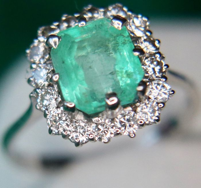 750 White gold ring with natural facetted Emerald and brilliant cut natural diamonds H/VS; total approx. 3 Ct. Excellent state, gerhodinated.