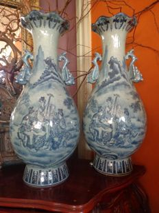Two large Chinese porcelain baluster vases – China – 2nd half 20th century