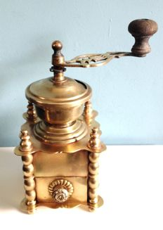 Luxury copper coffee grinder decorated with daisies - France - around 1900