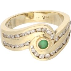 14 kt – Yellow gold band ring set with an emerald and 34 brilliant cut diamonds of approx. 0.34 ct in total – Ring size: