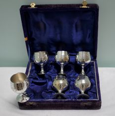 Maker unknown - 6 Silver plated drinking cups in original box - England around 1950
