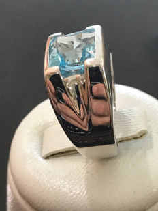 Gold ring with 2.50 ct aquamarine.