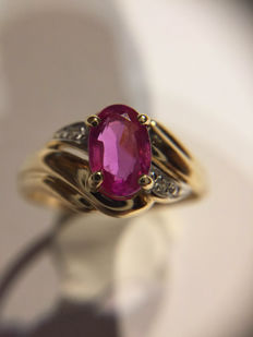 Ring in 18 kt gold with a natural oval pink sapphire of 0.88 ct and 2 small diamonds of 0.02 ct on each side. Size 54 'No reserve price'.
