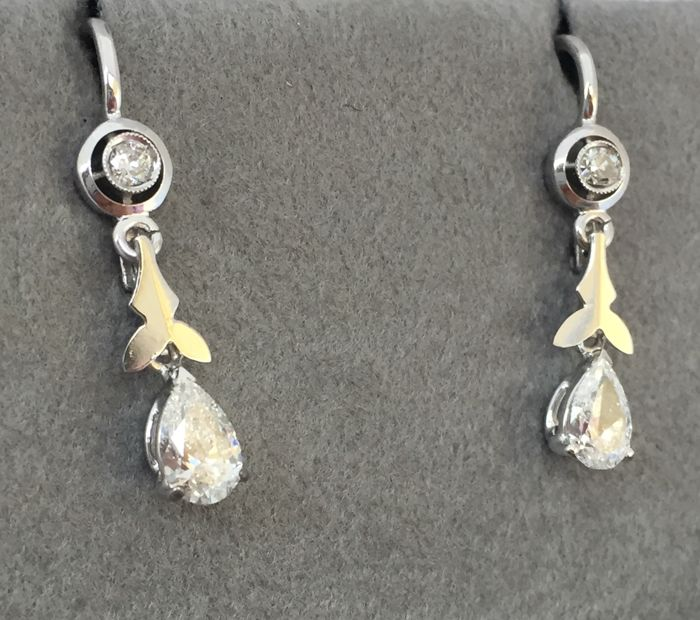 Earrings in white gold from the 1950s, with brilliant- and droplet-cut diamonds totalling 0.75 ct, H, colour VS