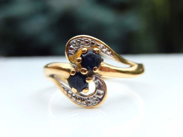 18 kt yellow gold ring, 2 sapphires, 2 small diamonds, ring size 52