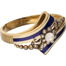 14 kt – Yellow gold floral driven bracelet from the period 1880/1890.  The bracelet is set with pearl, is white and blue enamelled, and features 28 rose cut diamonds in a silver setting – Diameter: from 4.9 to 5.9 cm