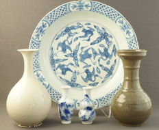Collection of porcelain vases and a large platter – China – 21st century