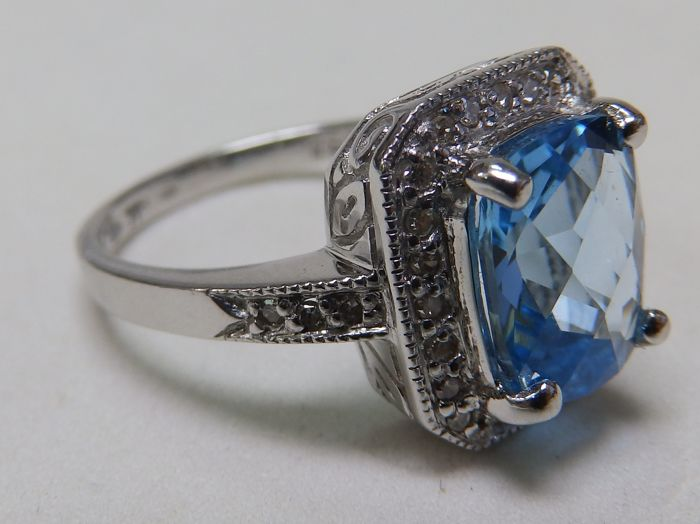 Gold ring with Central Topaz and 30 octagonal cut diamonds of 0.40 ct - 17.5 mm