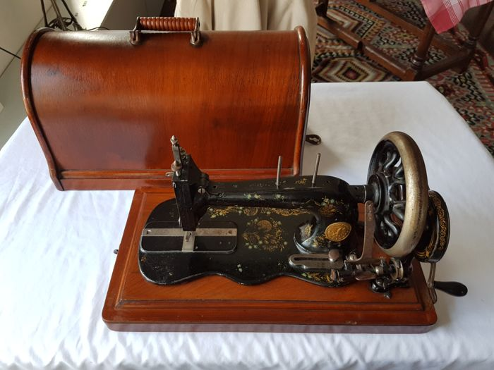 Singer Sewing Machine with violin base -1886/1887