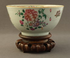 High famille rose bowl with finely painted decor of flower branches - China - 18th century