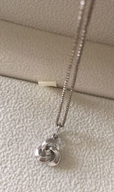 Necklace with pendant, 14 kt white gold, various marks and hallmark, length 52 cm, no reserve