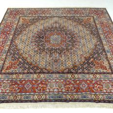 Maud 198 x 203 cm - 'Square Persian carpet with silk in beautiful, virtually unused condition' - With certificate.