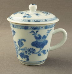 Cup with lid decorated with royally filled vases and baskets - China - around 1750
