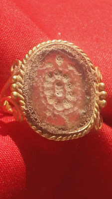 Extraordinary medieval gold ring, 16th century DC, with semiprecious stone incuse  of a turtle. 6g, 22mm.
