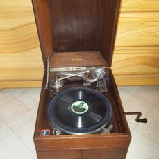 Antique English table gramophone - Made of wood, luxurious model - Works very well from 1920