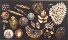 Collection of 20 vintage brooches, silver 835 marked with marcasite, among other things, hand-painted on porcelain
