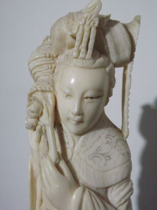 Lady of the court sculpture in ivory - China - 1920-1930